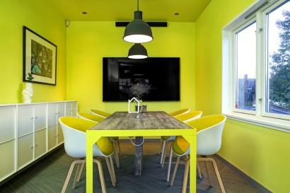 Gult interiør med bord av Drivved