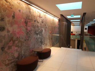 Betongvegg i mange farger i lobbyen til Hotell33 i Oslo