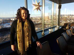 Hotelldirektør Annelie Tell foran utsikt over Oslo i restauranten på Hotell33